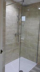 Walk in shower cubicle