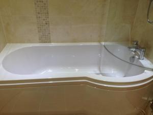 P-Shaped Bath